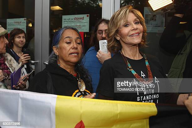 Jane Fonda rally against Wells Fargo in solidarity with the people of Standing Rock in Hollywood California on December 21 2016 / AFP / TOMMASO BODDI