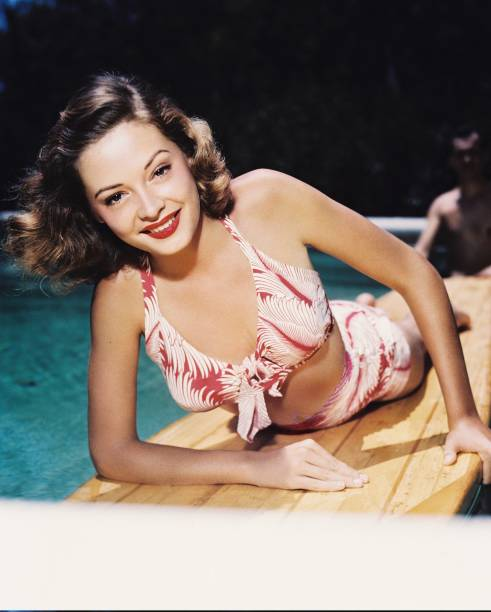 jane-greer-us-actress-poses-smiling-in-a