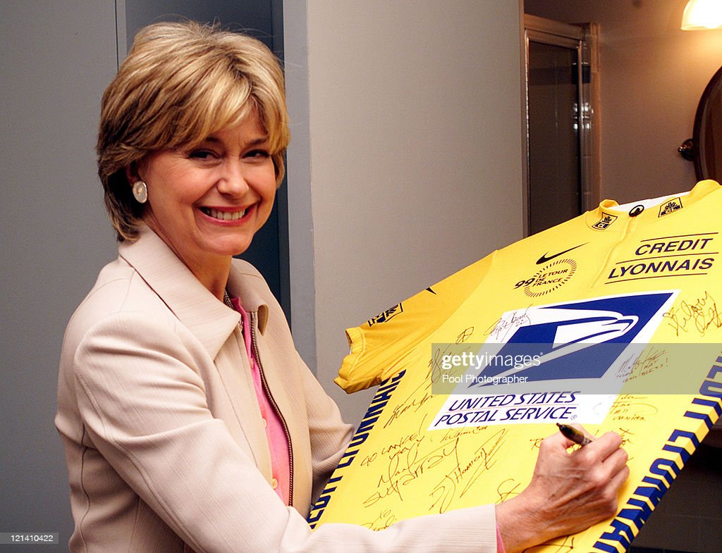 "Matt Damon and Jane Pauley Sign Lance Armstrong's Jersey on ""The Tonight Show"
