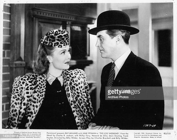Jane Wyman looking up at Ray Milland in a scene from the film 'The Lost Weekend' 1945