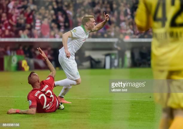 Janek Sternberg protestiert gegen den Strafstosspfiff von Schiedsrichter Tobias Stieler waehrend dem Fussball DFB Pokal Halbfinalspiel FC Bayern...