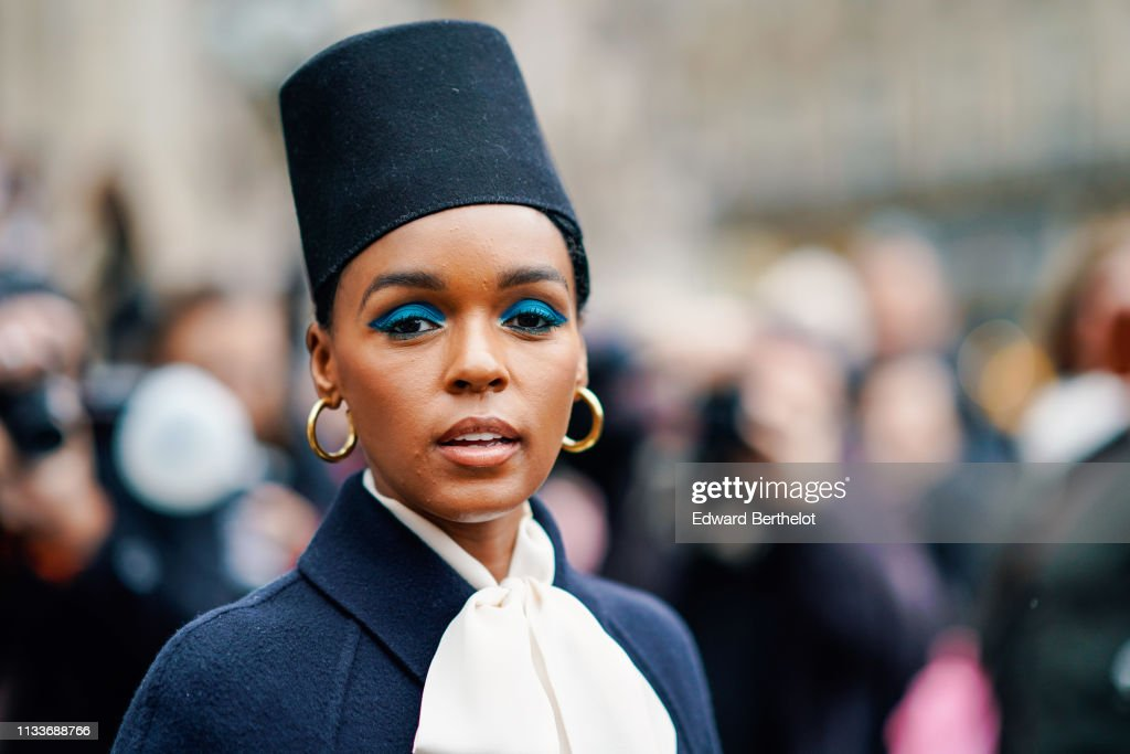 Street Style - Paris Fashion Week Womenswear Fall/Winter 2019/2020 : Day Eight : Photo d'actualité