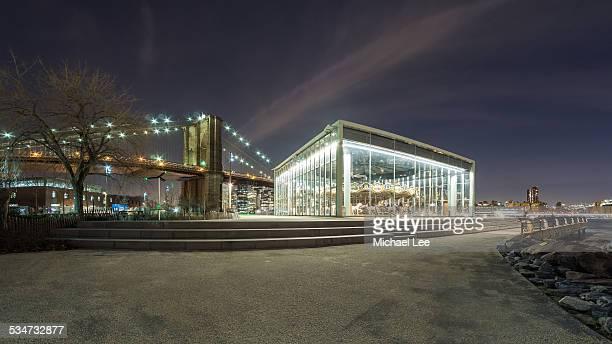 jane's carousel and brooklyn bridge, new york - brooklyn bridge park stock-fotos und bilder