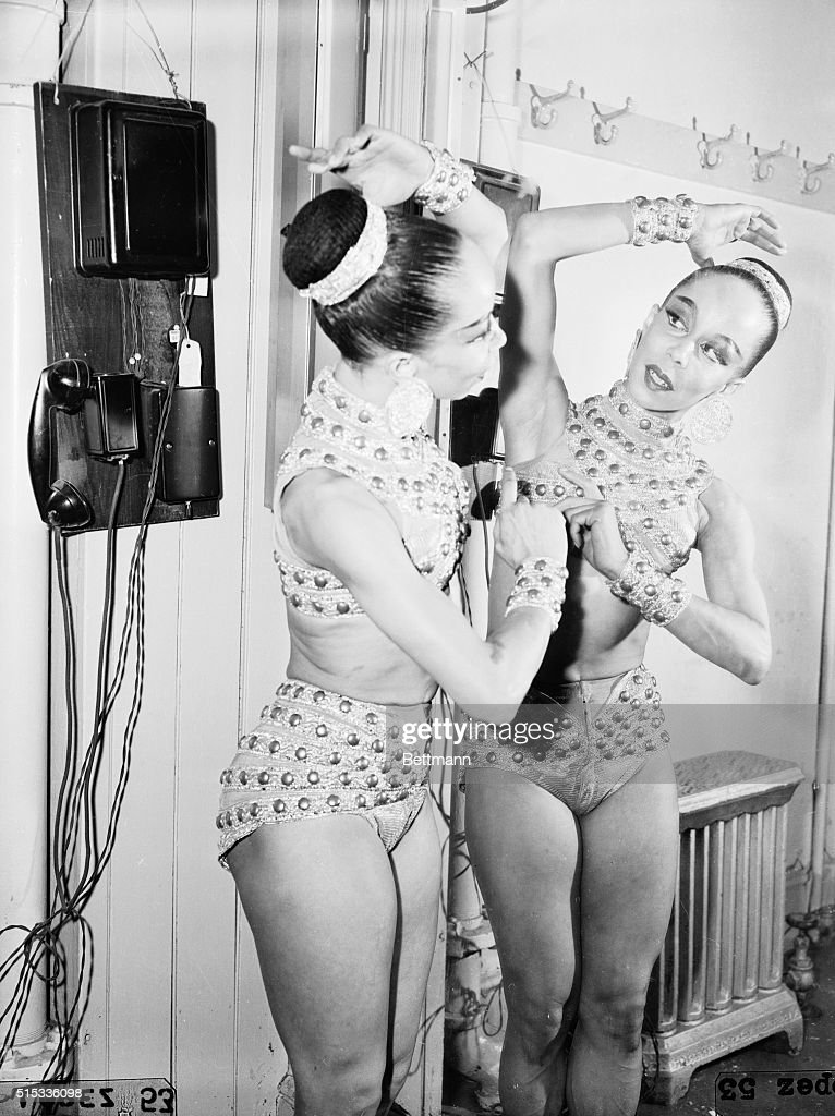 Janet Collins Adjusting Her Costume for Ballet Performance : Fotografía de noticias