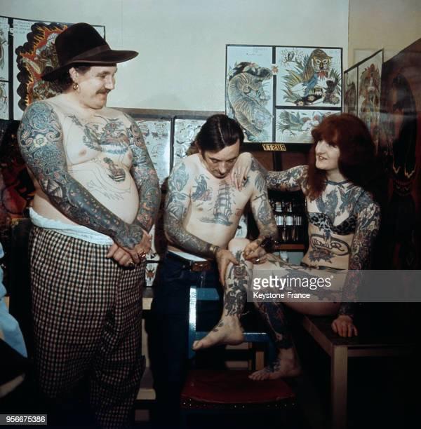 Janet Field une jeune femme qui prétend être la femme la plus tatouée du monde obtient un tatouage supplémentaire de Bill Skuse fils du célèbre...