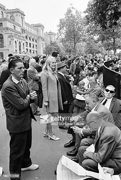 Janet Landgard In Paris Paris 11 septembre 1966 Portrait de Janet LANDGARD partenaire de Burt LANCASTER dans 'The swimmer' sur un trottoir parisien...