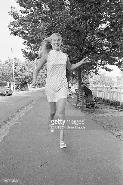 Janet Landgard In Paris Paris 11 septembre 1966 Portrait de Janet LANDGARD partenaire de Burt LANCASTER dans 'The swimmer' courant dans une rue