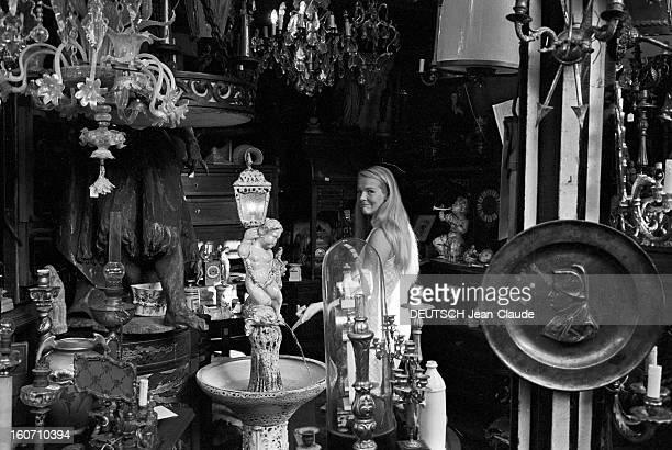 Janet Landgard In Paris Paris 11 septembre 1966 Portrait de Janet LANDGARD partenaire de Burt LANCASTER dans 'The swimmer' dans une boutique
