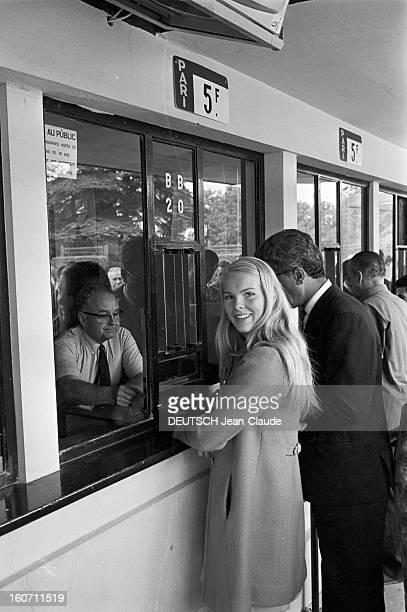 Janet Landgard In Paris Paris 11 septembre 1966 Portrait de Janet LANDGARD partenaire de Burt LANCASTER dans 'The swimmer' misant aux courses de...