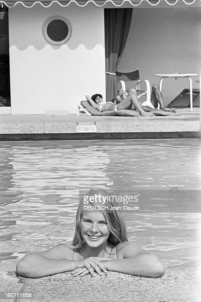 Janet Landgard In Paris Paris 11 septembre 1966 Portrait de Janet LANDGARD partenaire de Burt LANCASTER dans 'The swimmer' souriante dans l'eau...