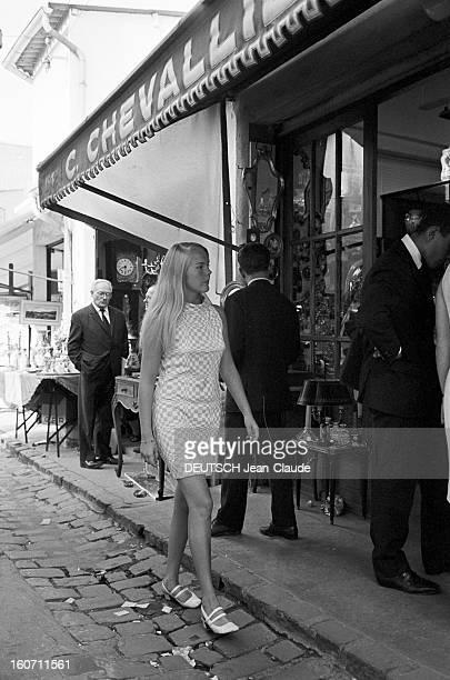 Janet Landgard In Paris Paris 11 septembre 1966 Portrait de Janet LANDGARD partenaire de Burt LANCASTER dans 'The swimmer' marchant dans la rue...