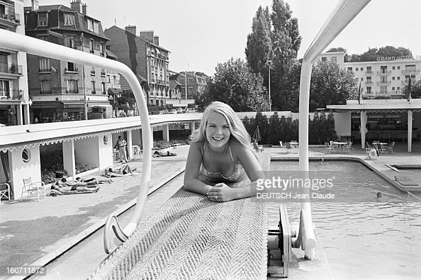 Janet Landgard In Paris Paris 11 septembre 1966 Portrait de Janet LANDGARD partenaire de Burt LANCASTER dans 'The swimmer' souriante en maillot de...