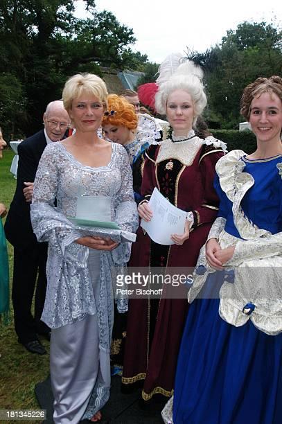 Janette Rauch Helferinnen im RokkokoKostüm Sommerfest Der festliche Sommerabend von Preussen 2007 auf dem Wümmehof von P r i n z C h r i s t i a n S...