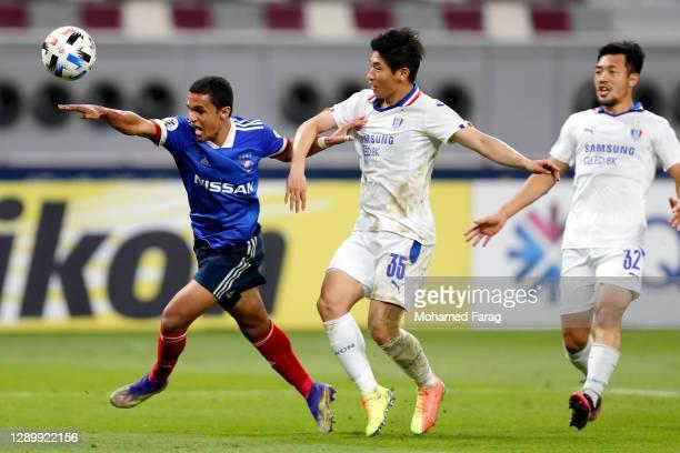 Jang Hoik of Suwon Samsung and Erik of Yokohama F.Marinos compete for the ball during the AFC Champions League Round of 16 match between Yokohama...