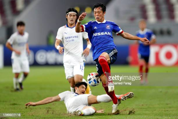 Jang Hoik of Suwon Samsung and Ryo Takano of Yokohama F.Marinos compete for the ball during the AFC Champions League Round of 16 match between...