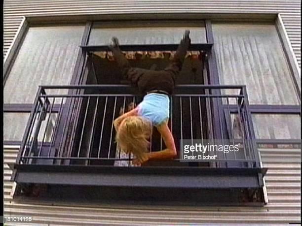 Janina Dall Szenenfoto Dark Angel 020103 Stunt Stuntfrau Sprung Fall fallen Balkon Balkongitter Fenster PNr 009/03/