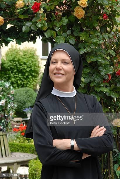 Janina Hartwig ARDSerie Um Himmels Willen 10 Staffel Niederaichbach Bayern Deutschland Europa NonnenTracht Nonne Katholikin katholisch Kreuz...
