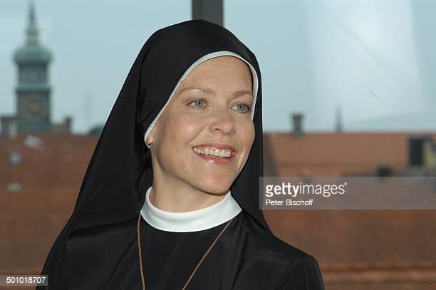 Janina Hartwig ARDSerie Um Himmels Willen 6 Staffel Landshut PNr 707/2006 Nonne Ordensschwester Tracht Haube goldenes Kreuz Religion katholisch...
