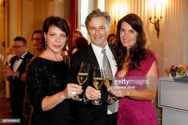 Janina Hartwig Timothy Peach and his wife Nicola Tiggeler during the traditional Buehnendinner 2017 at Bayerische Staatsoper on September 21 2017 in...