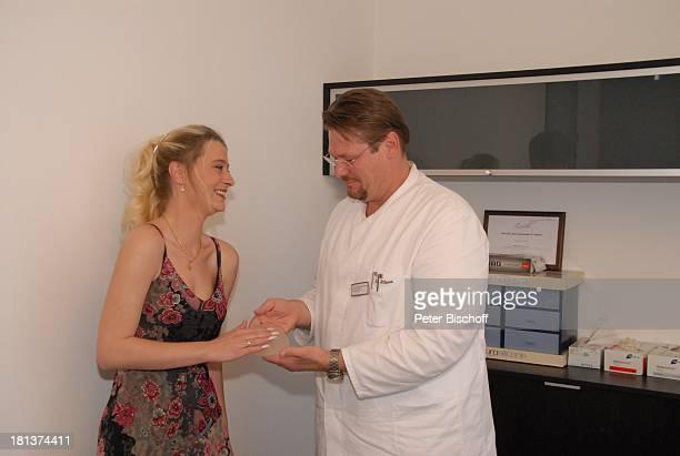 Janine Wilcke Dr med Alexander P Hilpert Voruntersuchung für BrustOP Kaiserberg Klinik Duisburg NordrheinWestfalen Deutschland Europa Untersuchung...