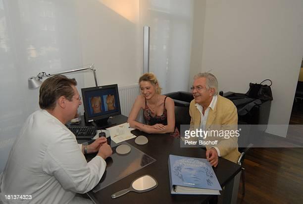 Janine Wilcke Ehemann Claus Wilcke Dr med Alexander P Hilpert Voruntersuchung für BrustOP Kaiserberg Klinik Duisburg NordrheinWestfalen Deutschland...