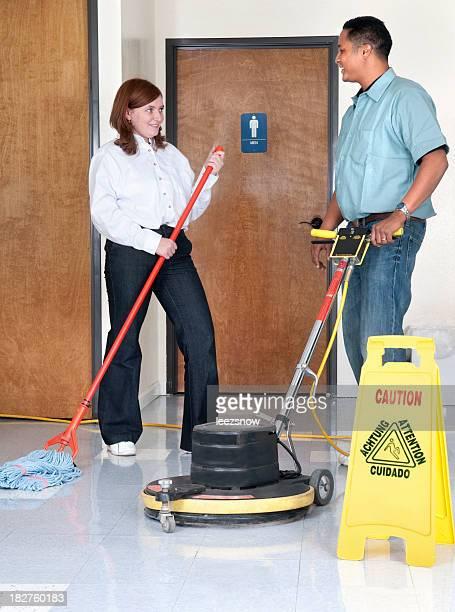 Janitorial Service-Mann und Frau sprechen