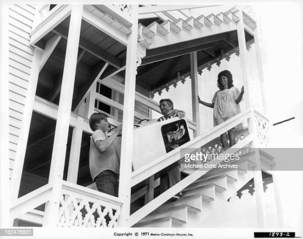 JanMichael Vincent And Robert Mitchum haul at stove down stairs in a scene from the film 'Going Home' 1971