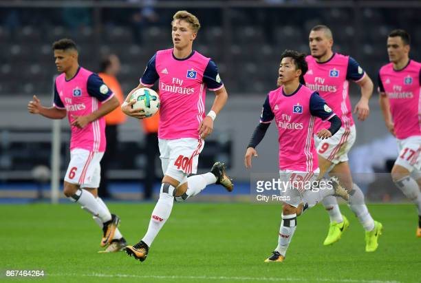 JannFiete Arp and Tatsuya Ito of Hamburger SV celebrate after scoring the 21 during the game between Hertha BSC and Hamburger SV on October 28 2017...