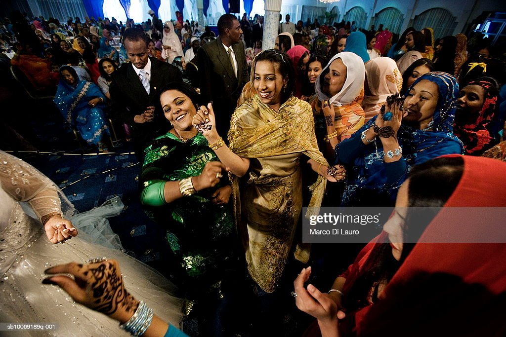 Sudan, Khartoum, Omdurman, women greeting bride, wedding guests in background : ニュース写真