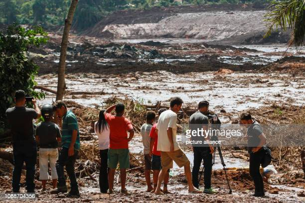 People observe the mud masses after the break of a dam at the Feijão iron ore mine Photo Rodney Costa/dpa