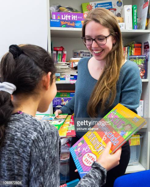 The student Melissa and the pupil Merihen talk to each other in the rooms of the GoetheUniversity Frankfurt during the mentoring program Balu und Du...