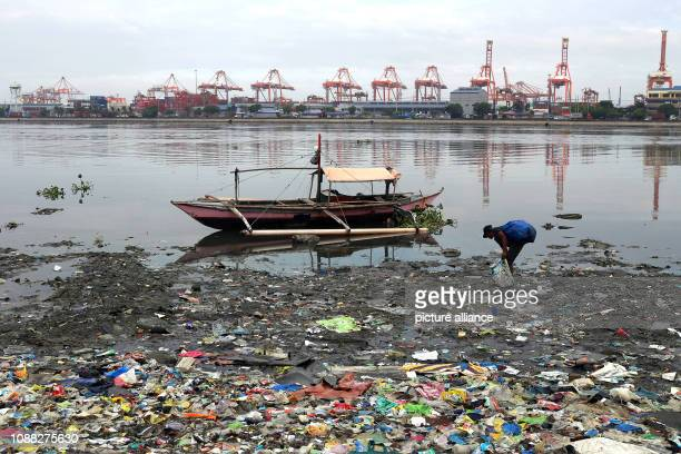 A man in Manila Bay is looking for scraps of recyclable materials The Philippine government will begin remediation work on 27 January in Manila Bay...