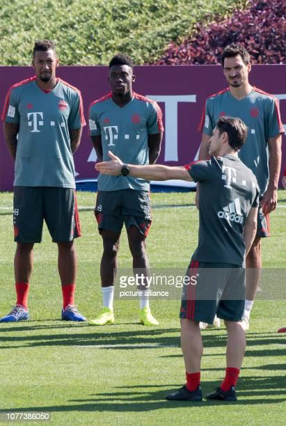 Soccer Bundesliga Coach Niko Kovac of FC Bayern Munich the Bundesliga soccer team talks during a practice session with Jerome Boateng Alphonso Davies...
