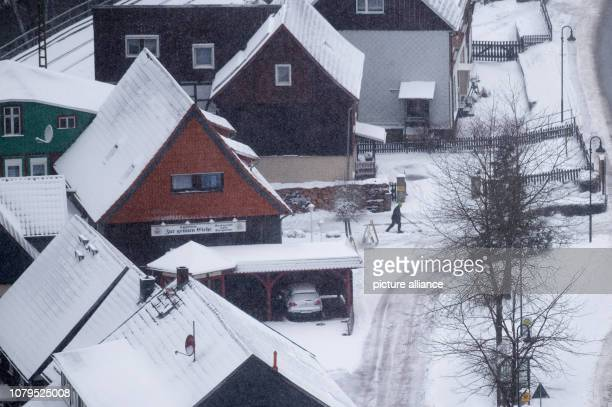 Snow lies on the roofs and paths of the village Since the morning snow has fallen in the Harz Mountains even at lower altitudes He can expect a...
