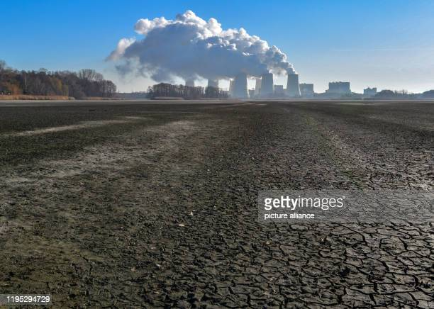 January 2020, Brandenburg, Peitz: Water vapour rises from the cooling towers of the Jänschwalde lignite-fired power plant of Lausitz Energie Bergbau...