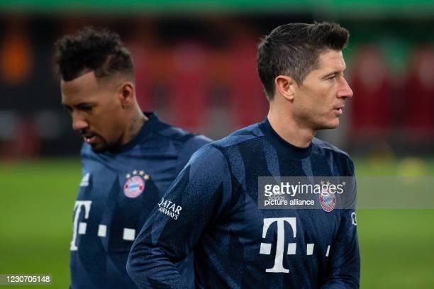 January 2021, Bavaria, Augsburg: Football: Bundesliga, FC Augsburg - Bayern Munich, Matchday 17 at WWK Arena. Jerome Boateng and Robert Lewandowski...