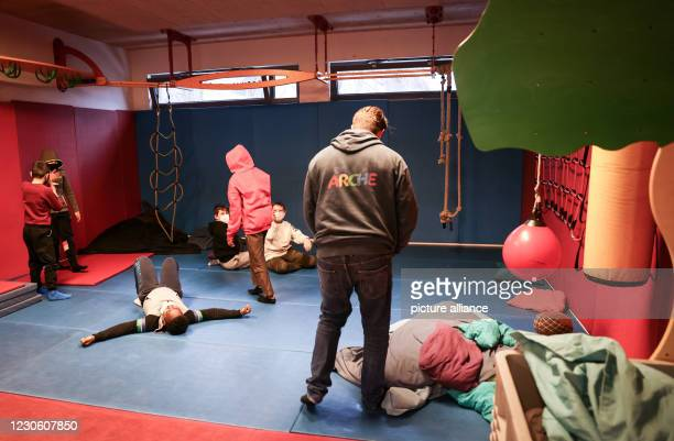 January 2021, Hamburg: Children romp under the supervision of a social worker in the rooms of the Arche children's project in Hamburg-Jenfeld. The...