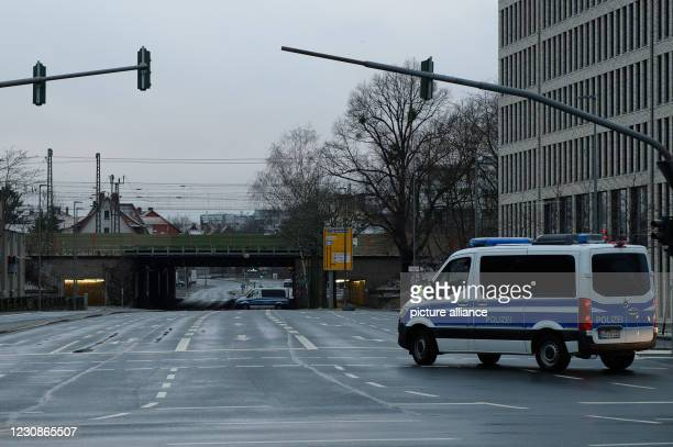 January 2021, Lower Saxony, Göttingen: Police emergency vehicles close off an access road to the evacuation area. Four unexploded bombs from the...