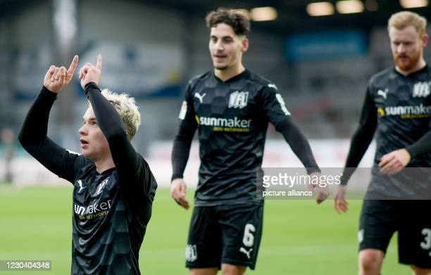 January 2021, Schleswig-Holstein, Kiel: Football: 2. Bundesliga, Holstein Kiel - VfL Osnabrück, Matchday 14. Osnabrück's Niklas Schmidt , Osnabrück's...