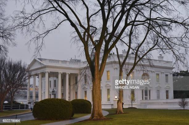 January 21, 2017 photo shows the White House in Washington, DC on the first full day of Donald Trump's presidency. / AFP PHOTO / Mandel Ngan
