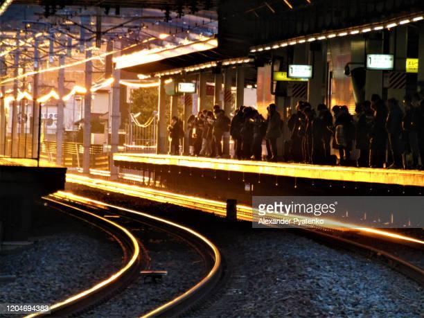 月。日本。早朝。地元の鉄道駅での日の出 - 千葉県 ストックフォトと画像
