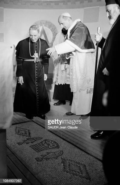 Janvier 1964 Pèlerinage du pape PAUL VI en Terre sainte Le Saint père visitant l'église de la Multiplication à Tabgha et cérémonie religieuse à la...