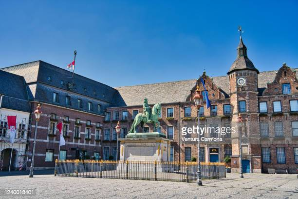 jan-wellem monument on the market square and the façade of the old town hall in düsseldorf, germany - 旧市街 ストックフォトと画像