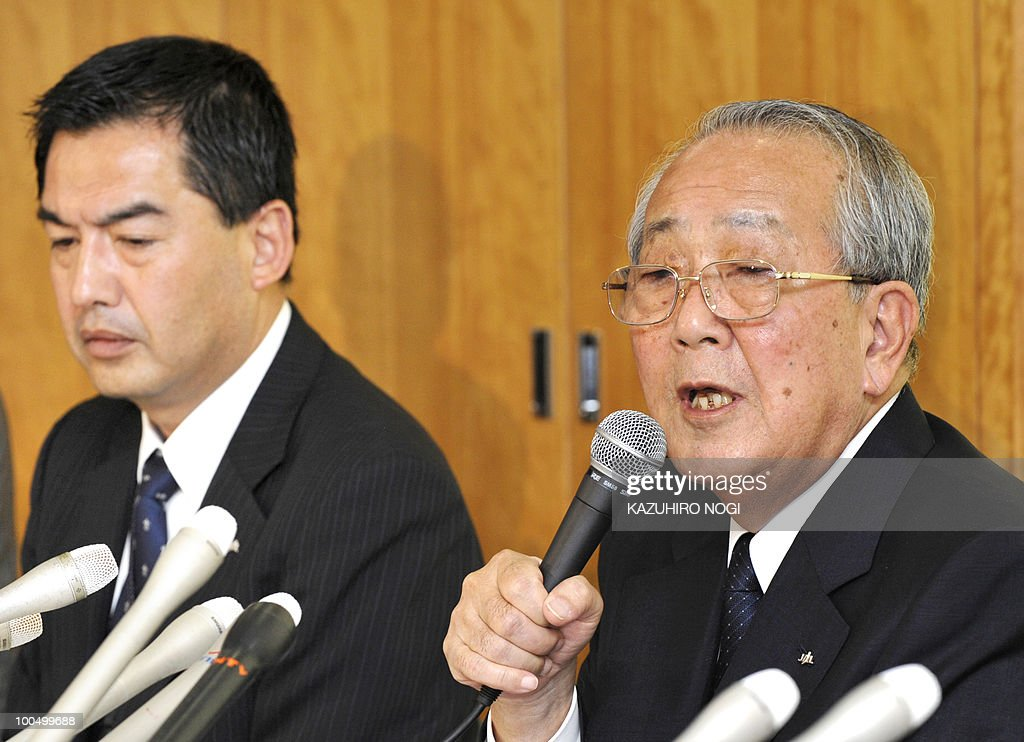 Japan Airlines chairman Kazuo Inamori (R) answers questions during a press conference at the company's headquarters in Tokyo on May 25, 2010 while President Masaru Onishi (L) attends. Japan Airlines held a news conference on restructuring efforts of the carrier that filed for bankruptcy early this year. AFP PHOTO/Kazuhiro NOGI