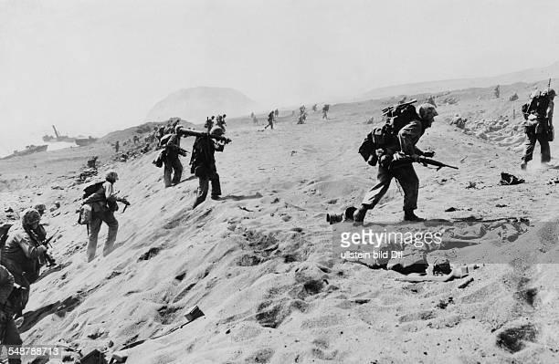 Japan : Battle of Iwo Jima US marines landing on the beach of Iwo Jima; in the background Mount Suribachi - 1945 - Vintage property of ullstein bild