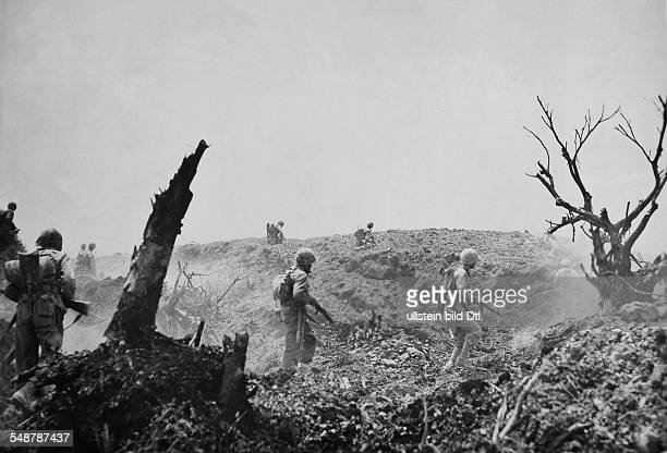 Japan : Battle of Okinawa US marines on the attack over a hill - April / May 1945 - Vintage property of ullstein bild