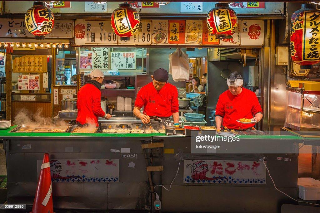 Japan city nightlife cooks serving traditional fast food Osaka : Stock-Foto