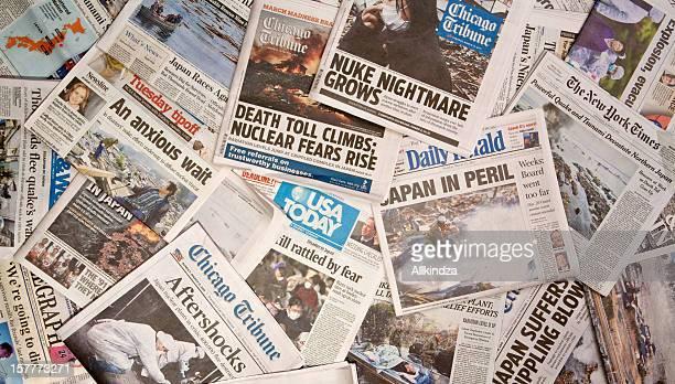 日本の地震の新聞の見出し