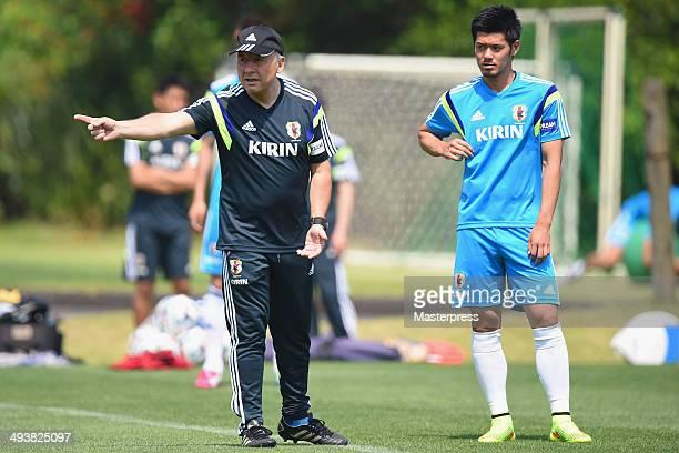 Japan head coach Alberto Zaccheroni instructs to Hotaru Yamaguchi during the training session on May 23 2014 in Ibusuki Kagoshima Japan