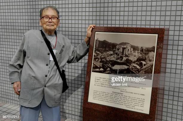 Japan / Hiroshima / Oktober 2009 / Ein 81jähriger Überlebender besucht im Oktober 2009 die Gedenktafel am Hyperzentrum der Explosion der Atombombe in...